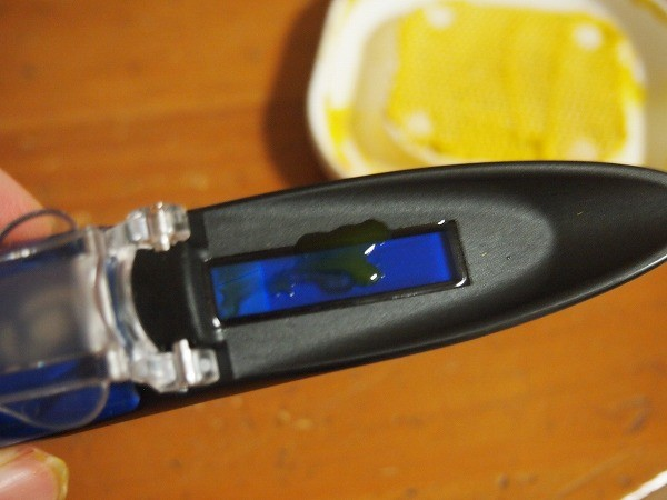 ミニカボチャの糖度を糖度計で測定中