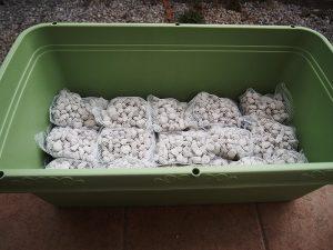 ネットに入った鉢底石で土の量を調整